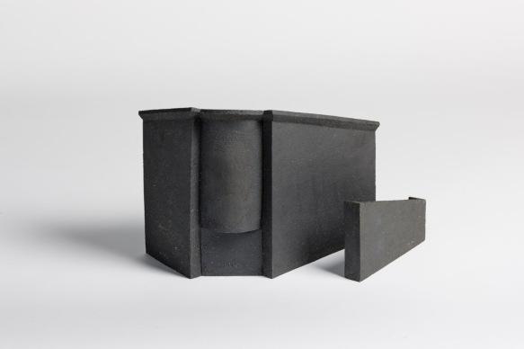 REM(A)INDERS (Saint-Nazaire) #5 - 2020 - grès noir chamotté, modelage à la plaque - h. 25,5 x L. 37 x l. 16 cm et h. 12 x L. 20 x l. 3 cm - crédit photographique : Philippe Piron