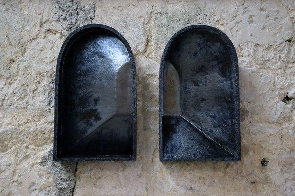 « Lumières aveugles » - 2020 - modelage à la plaque, grès blanc chamotté, émail - diptyque mural - h. 55 x l. 32,5 x p. 11 cm chaque - Réalisé avec le soutien de l'Association Le MUR et de l'ADAGP